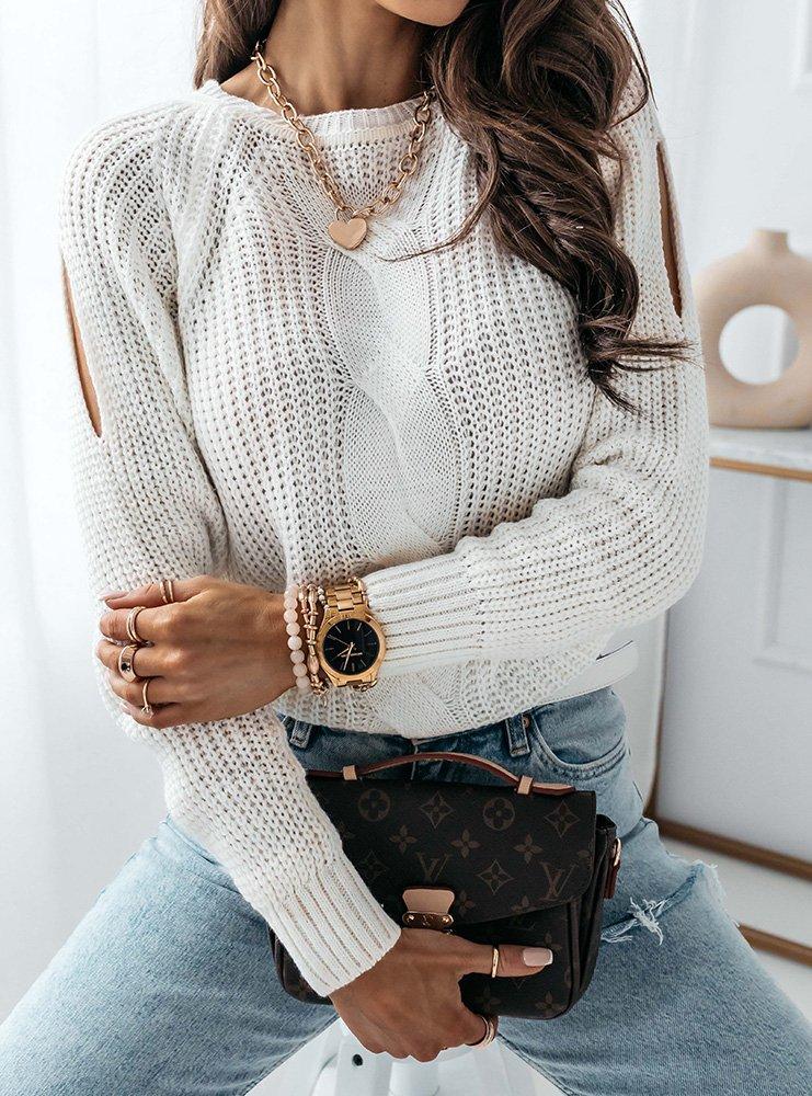 Biały sweter z warkoczowym splotem...