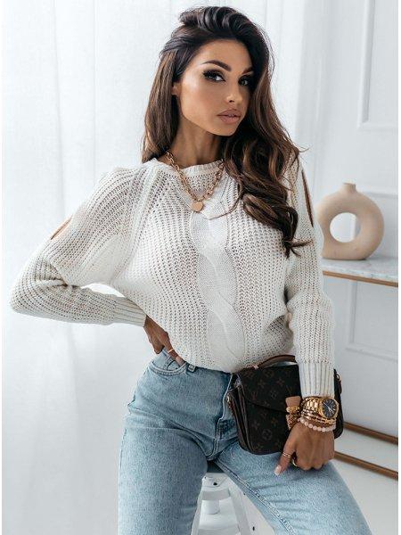 Biały sweter z warkoczowym...