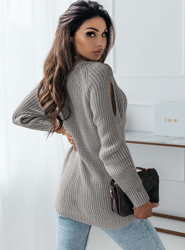 Szary sweter z warkoczowym splotem...