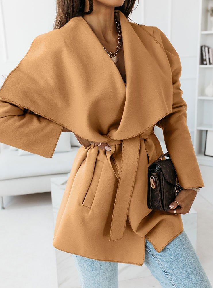 Karmelowy krótki płaszcz z paskiem Mendi