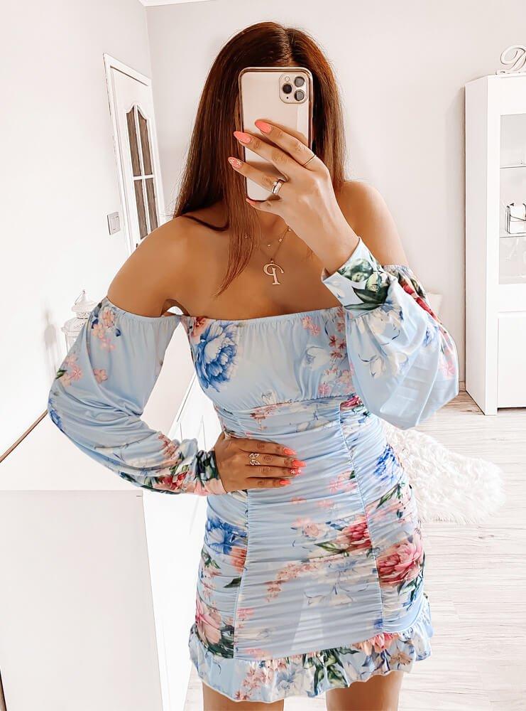 Błękitna sukienka z marszczeniami...