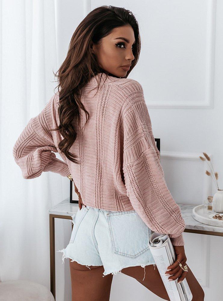 Pudrowy sweter z ozdobnym splotem i...