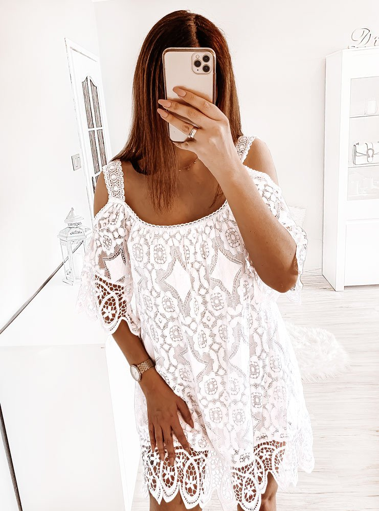 Biała sukienka koronkowa z odsłoniętymi ramionami Luminosa