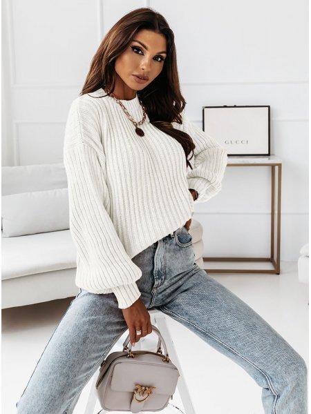 Biały sweter z szerokimi...