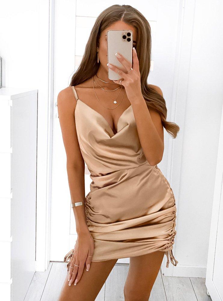 Jasnobeżowa atłasowa sukienka z...