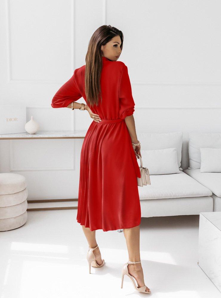 Malinowa plisowana sukienka z paskiem...