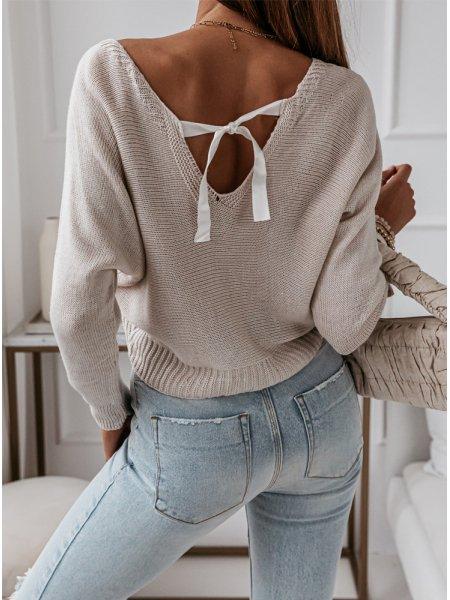 Beżowy sweterek z ozdobnym...