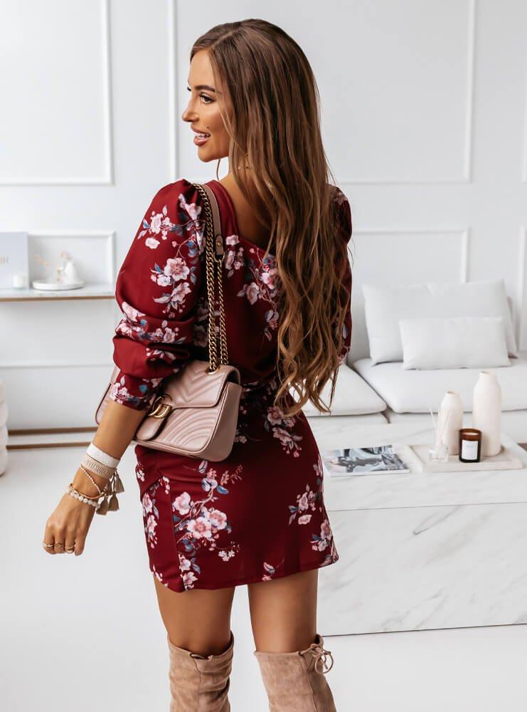 Bordowa dopasowana sukienka w kwiaty...