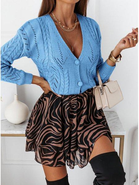 Błękitny sweter z ozdobnym...