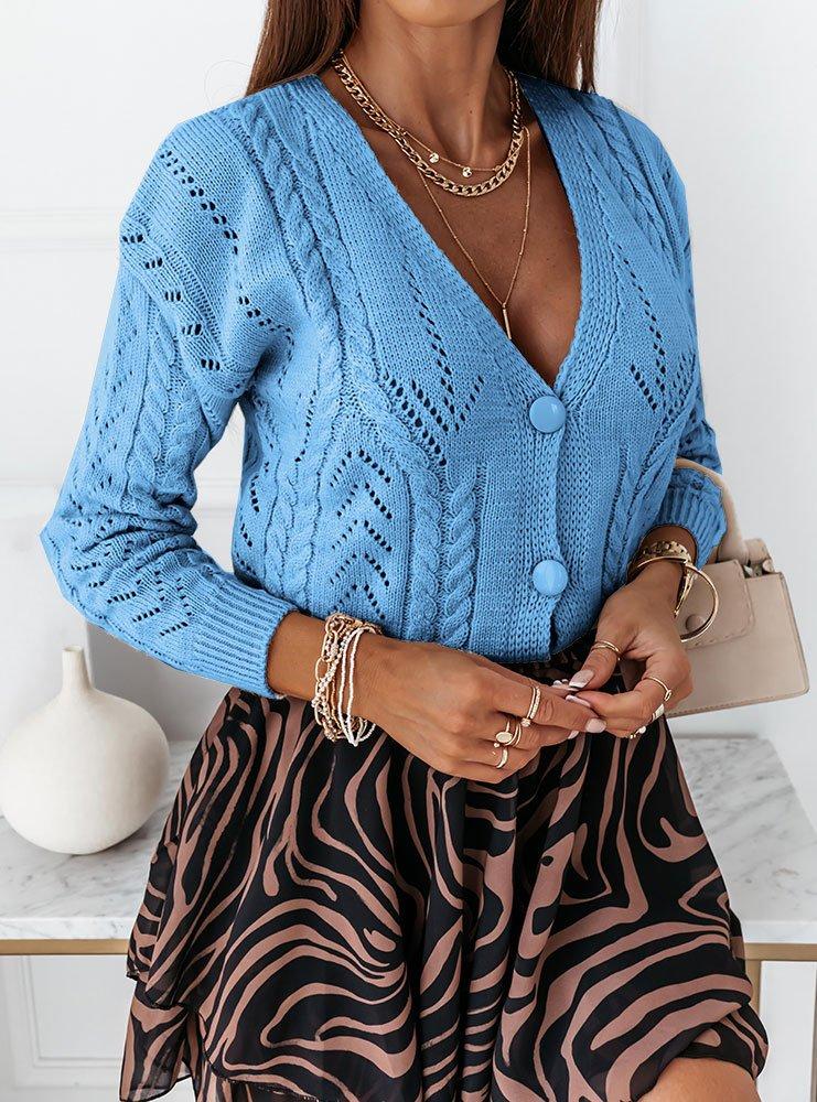 Błękitny sweter z ozdobnym splotem...