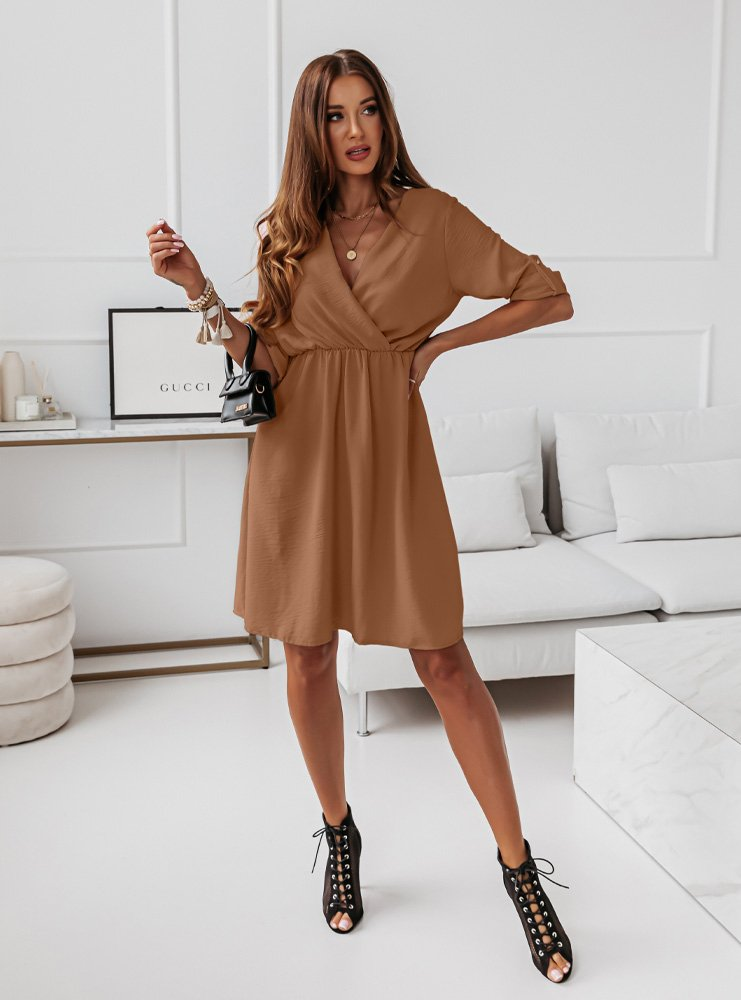 Karmelowa sukienka z przekładanym...
