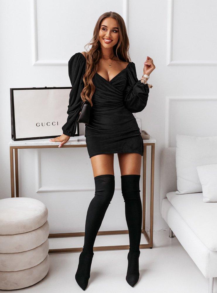 Czarna welurowa dopasowana sukienka...