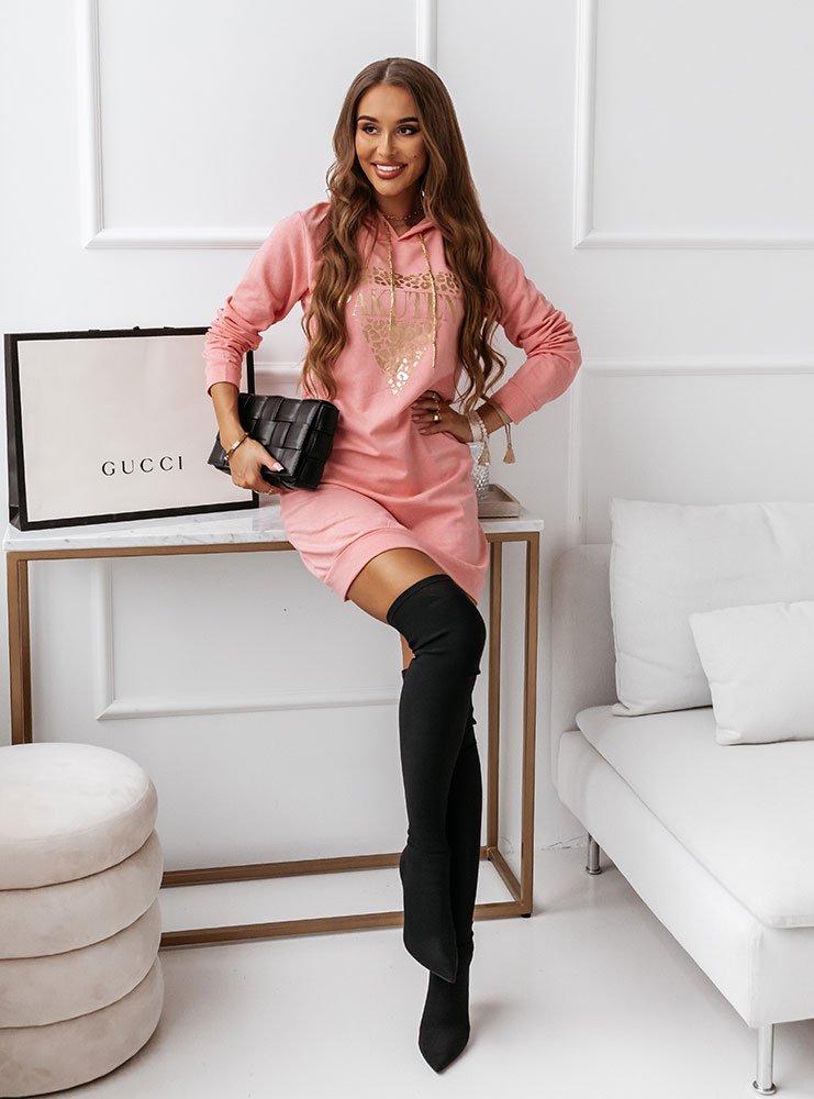 Różowa dresowa sukienka z ozdobnym...