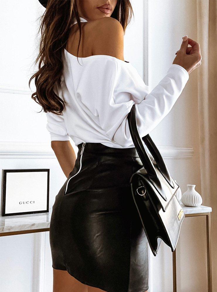 Biała bluzka z odkrytym ramieniem...