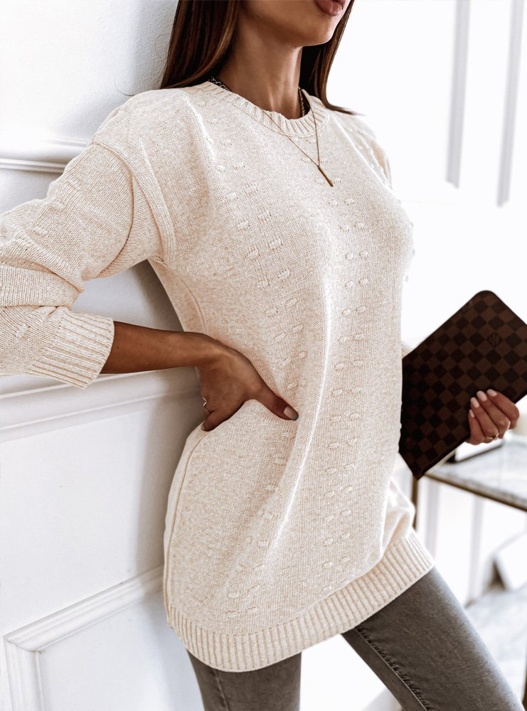 Długi sweter z ozdobnym splotem...