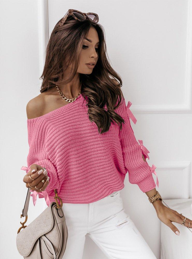 Sweterek z ozdobnymi kokardkami...