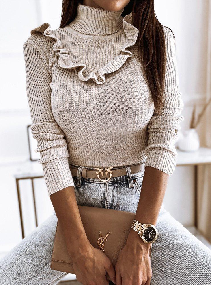 Beżowy prążkowany sweter z golfem i ozdobną falbanką Kirma