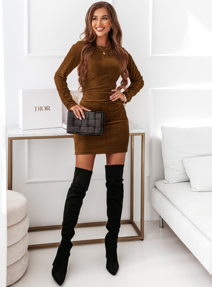 Karmelowa sukienka welurowa z długimi...